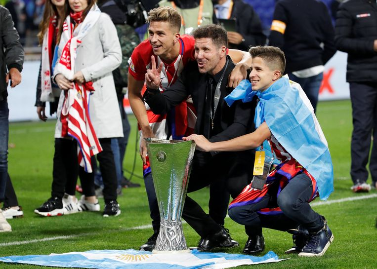 De coach van Atletico viert het winnen van de beker. Beeld REUTERS