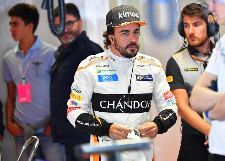 Fernando Alonso maakt zich klaar voor een oefensessie op het circuit van Monza. Beeld EPA