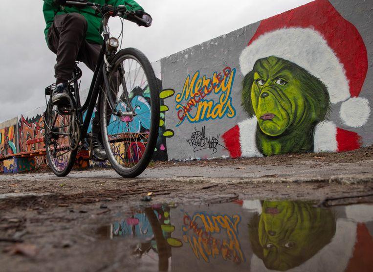 Graffiti in Berlijn. Uit een enquête blijkt dat 49 procent van de Duitse bevolking een verscherping van de maatregelen eist.  Beeld EPA