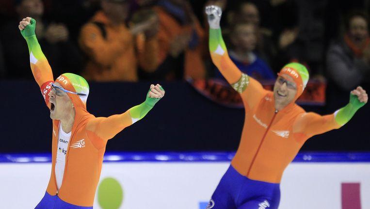 Winnaar Jan Smeekens (l) en nummer 2 Roland Mulder komen allebei juichend over de finish. Beeld ap