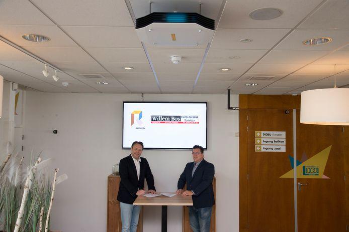 Tim Rijper van De Ruchte (links) en William Bos (ETB Willem Bos) bij een van de nieuwe UV-C lampen (kastje aan plafond) in het cultureel centrum in Someren.