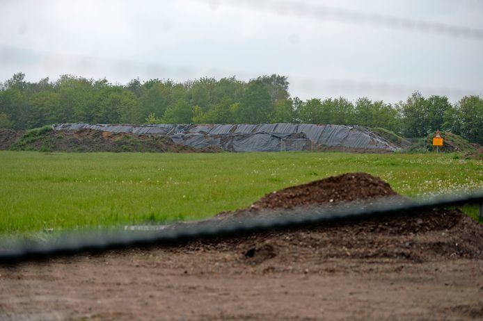 Aan de Grefteberghoekweg (dicht tegen de startbaan van het vliegveld) is een gronddepot opgeworpen.