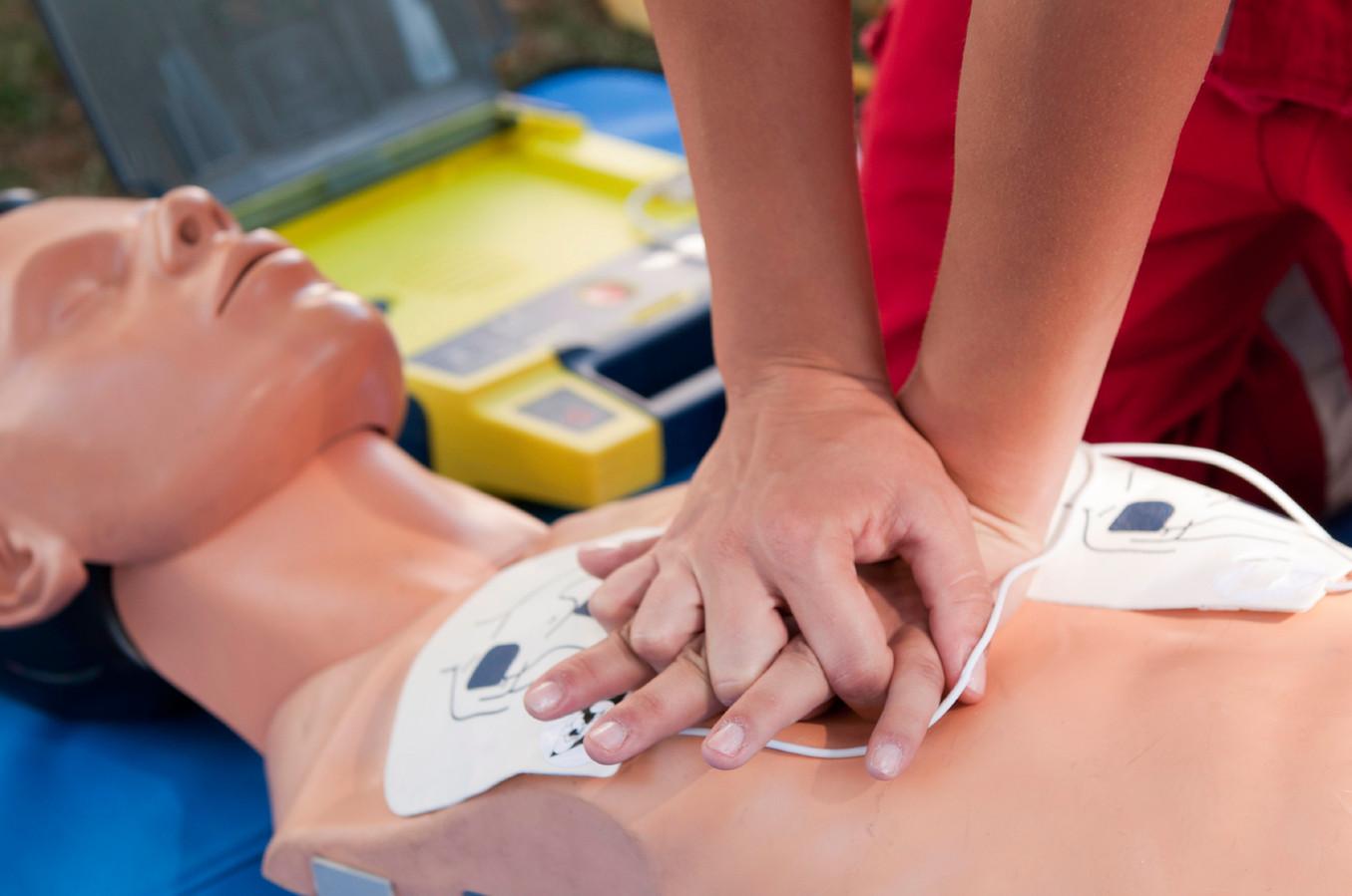 Oefenen met de defibrillator-procedure op een dummy.