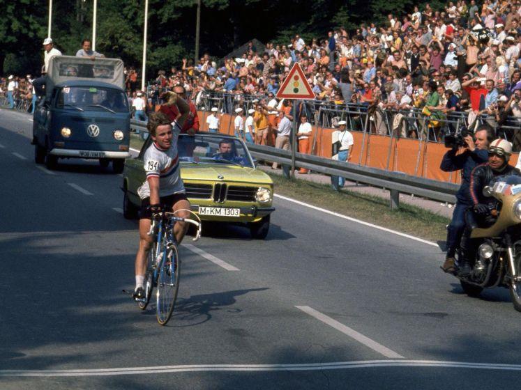 """""""België kon theoretisch gezien niet verliezen."""" Wereldkampioen Hennie Kuiper blikt terug op zijn overwinning in 1975"""