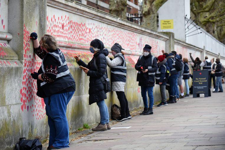 De National Covid Memorial-muur langs de Thames eert de coronadoden. Beeld Photo News