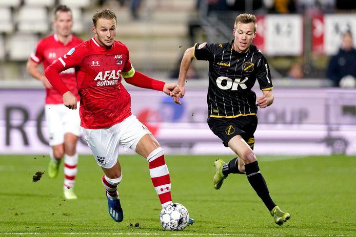Arno Verschueren in duel met Teun Koopmeiners van AZ.