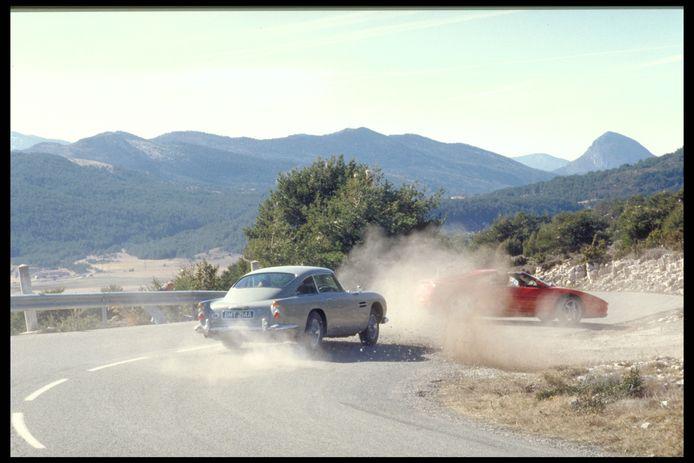 James Bond achtervolgt in de DB5 zijn rivaal Xenia Onatopp in haar Ferrari in Frankrijk (Goldfinger)