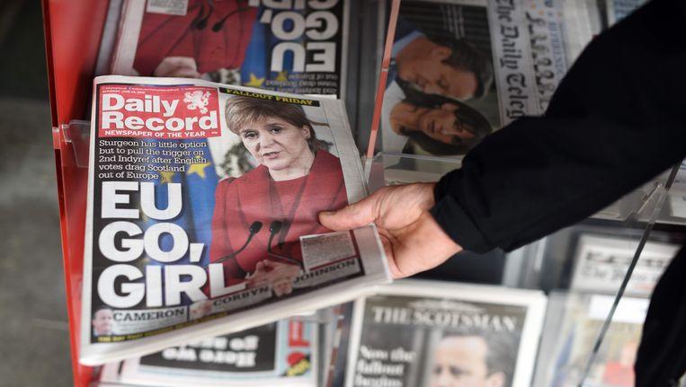 Een krant spoort premier Nicola Sturgeon aan: 'EU go, girl'. Beeld AFP