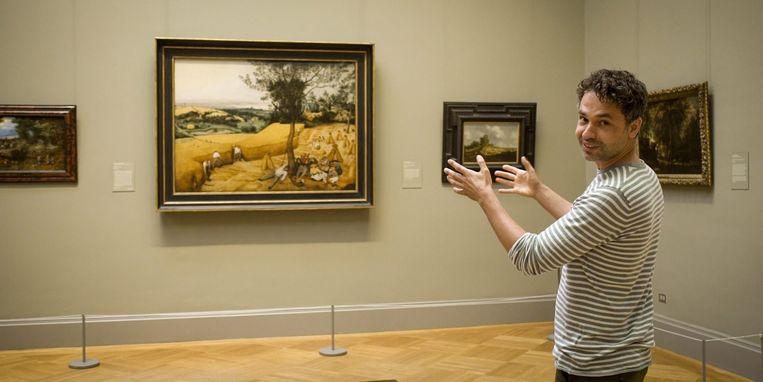 Vanderveken bij 'De Korenoogst' van Bruegel, een van de drie wereldberoemde werken waarvan hij op zijn roadtrip het spoor volgt. Beeld © VRT - Sylvester Productions