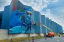 Het gigantische kunstwerk op de blauwe wand van MSD krijgt vorm.