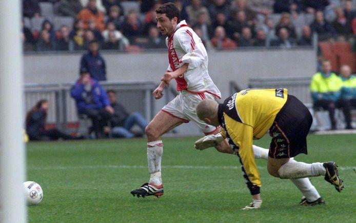 Shota Arveladze omspeelt Sparta-doelman Frank Kooiman in 2001.
