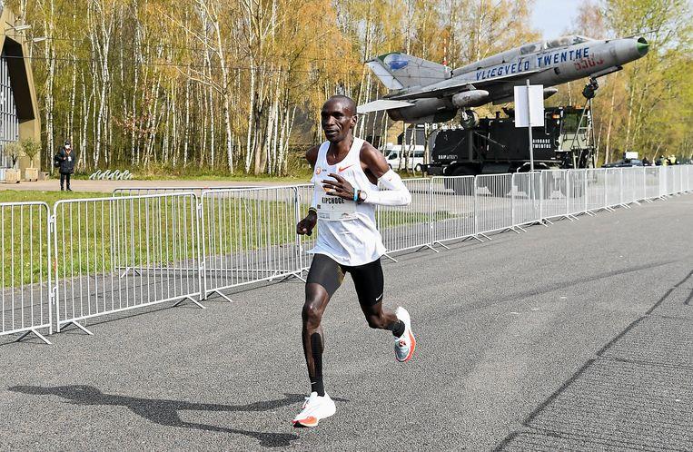 Eliud Kipchoge tijdens de Mission Marathon in Twente. Beeld AP