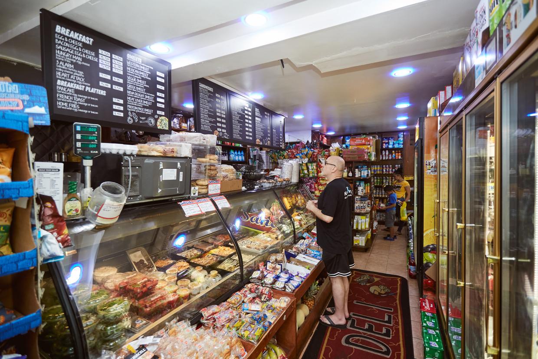 Een klant bestelt aan de counter van Deli Gawad in de wijk Bedford Stuyvesant in Brooklyn.