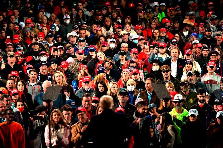 President Trump vertelt zijn aanhang dat hij 'eigenlijk' gewonnen heeft. De kans dat kiesmannen hem die overwinning geven, is nihil. Beeld AFP