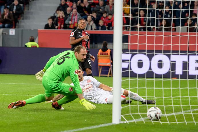 Leon Bailey (m) straft het foutje van Drobny genadeloos af en zorgt voor de 2-0.
