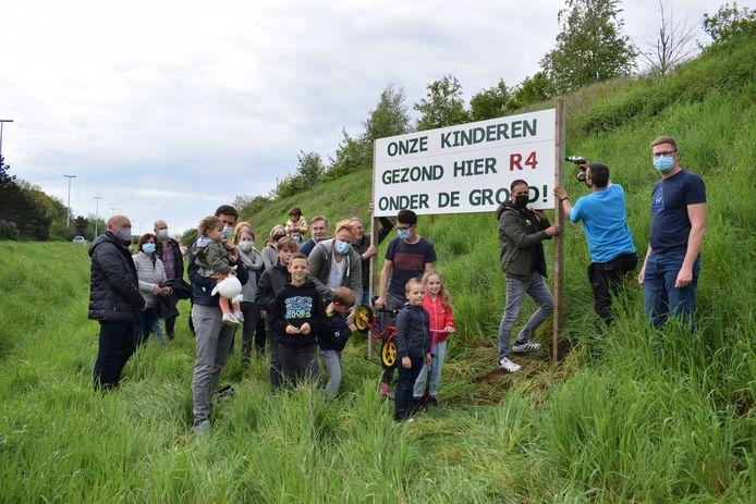 Maar liefst 70 kinderen tussen 1,5 en 16-jaar uit de Zonnebloemstraat en de wijk Molenstukken hebben Vlaams minister van mobiliteit en openbare werken Lydia Peeters (Open VLD) vandaag een brief geschreven.