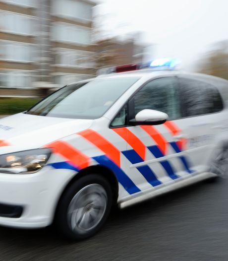Man (36) aangehouden na het gooien van flessen en bespugen beveiliger bij vakantiepark in Hoeven