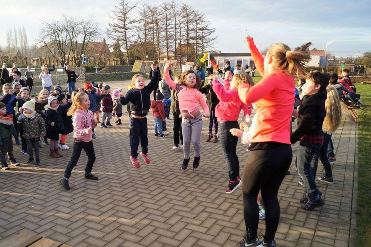 De kinderen dansen en springen zich warm in De Valke in Lichtervelde.
