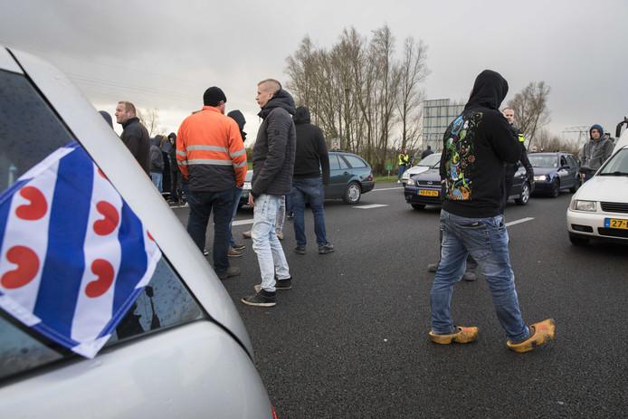 Twee bussen van de actiegroep Stop Blackface werden door tegendemonstranten tegengehouden op de A7 bij Joure.