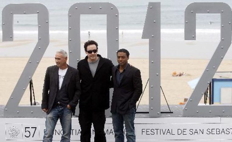 Roland Emmerich (L-R), met acteurs John Cusack en Chiwetel Ejiofor tijdens de presentatie van de film 2012. ANP Beeld