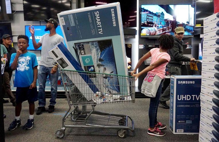 Een winkelkar vol technologie: zo gaat het eraan toe in de VS op Black Friday. Beeld AFP