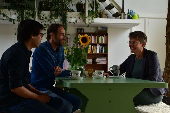 Wilma Hartogsveld in gesprek met de kletskop op tafel.  Foto: Eigen foto