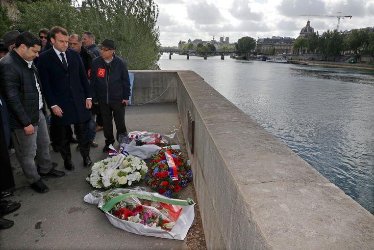 Macron legt een krans bij het monument van Brahim Bouarram. Beeld afp