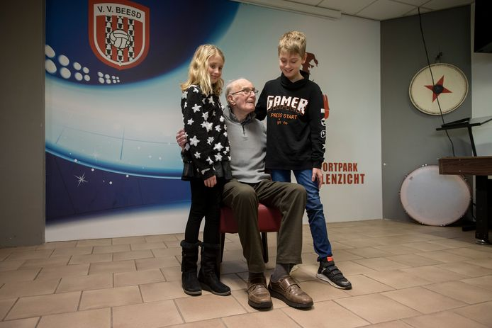 Evert van Zelst met zijn kleinkinderen Iris en Aaron in de kantine van vv Beesd.