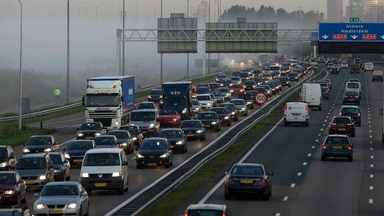 Vooral files tijdens de spits zorgen voor luchtvervuiling, blijkt uit het rapport. Beeld anp