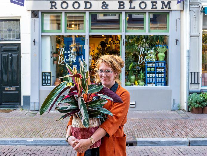 Carolien Rutgers voor haar plantenwinkel aan de Springweg in Utrecht, waar ze niet meer zoals voorheen haar koopwaar op de stoep mag uitstallen.