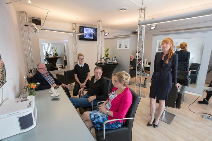 Kappers Totaal aan de Trompstraat in Helmond bestaat 80 jaar. Hier met Toon Wijnen, Patty Dirks, Harrie van de Westerlo, Mieke van Kooten en Debbie Manders-Dirks (vlnr). Achterin zit Jan Schutten in de kappersstoel.