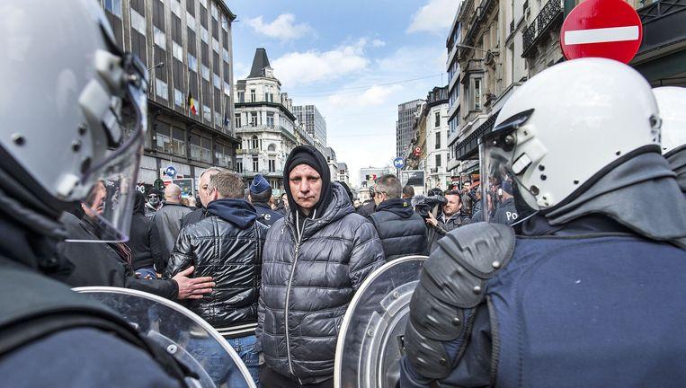 De herdenking in Brussel op het Beursplein is ruw verstoord door extreem-rechtse hooligans. Beeld null
