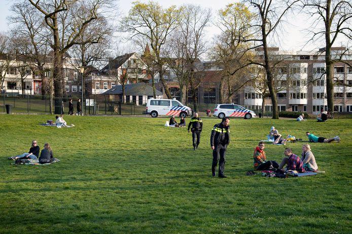 Agenten controleren op coronaregels in het Kronenburgerpark in Nijmegen.