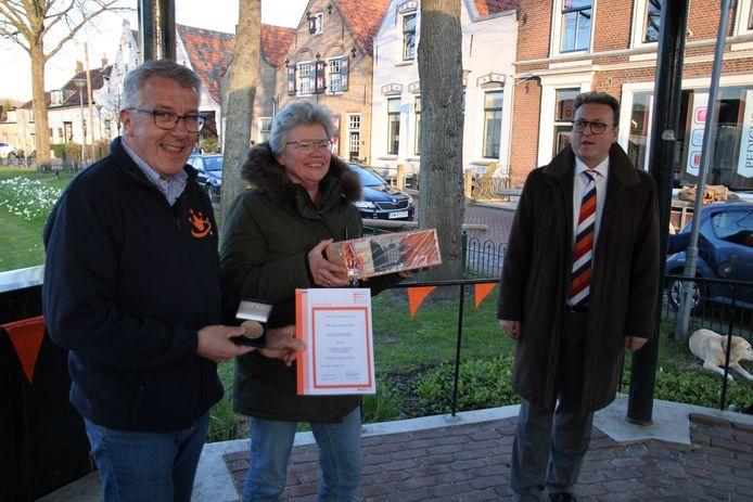 Adriaan van der Pols (l), zijn vrouw en de vertegenwoordiger van de Oranjebond, Frank de Buck.