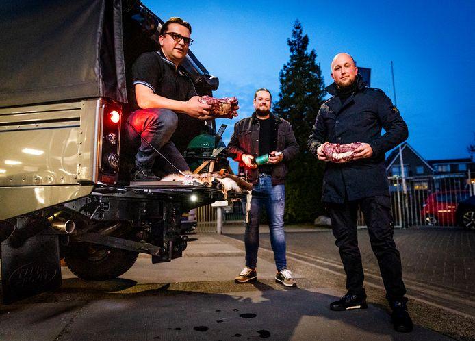 The Meatkings, bestaande uit Bart Bezemer, Thomas van Eck en Joey Porsius, op het terrein van Prins Auto Alblasserdam.