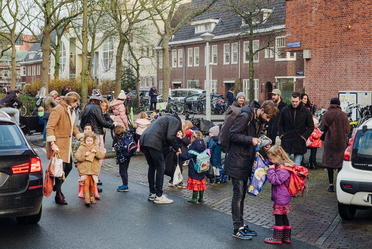 Kinderen worden opgehaald bij de Watergraafsmeerse Schoolvereniging na de laatste schooldag voor de lockdown.  Beeld Marc Driessen