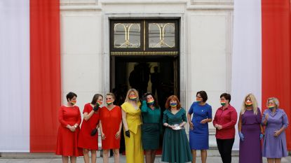 Poolse parlementsleden dragen LGBT+-kleuren als protest tegen president