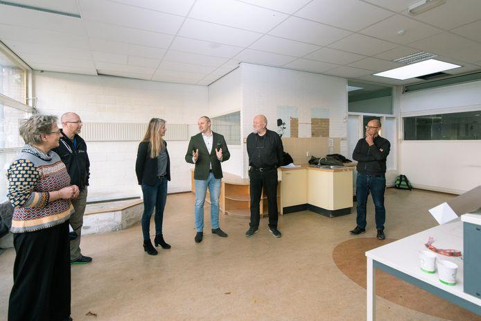 Wethouder Dennis Gudden bedankt Sandra Labree en Pieter Roza voor hun inzet in De Kleine Wereld.