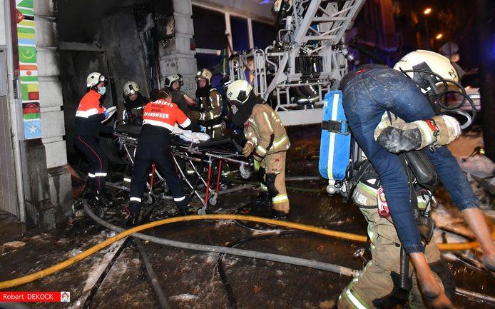 Bij de zware woningbrand die afgelopen nacht is uitgebroken in de Heyvaertstraat in Anderlecht zijn 30 mensen gewond geraakt en overgebracht naar het ziekenhuis. Eén persoon overleefde de vlammen niet.