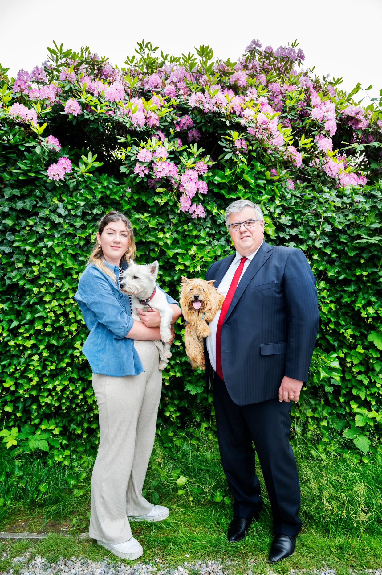 Burgemeester Hubert Bruls en zijn dochter Claire. Beeld Sanne de Wilde