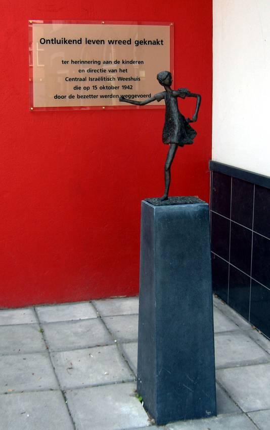 Het bronzen beeld van het wegrennende joodse meisje dat is gestolen, bij de ingang van de synagoge aan de Magdalenastraat in Utrecht.