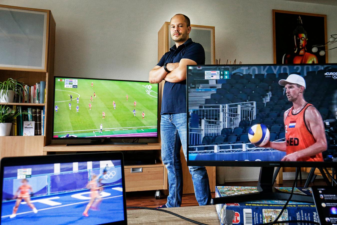 Humphrey van Asdonck kijkt thuis via meerdere schermen naar de Olympische Spelen in Tokyo.