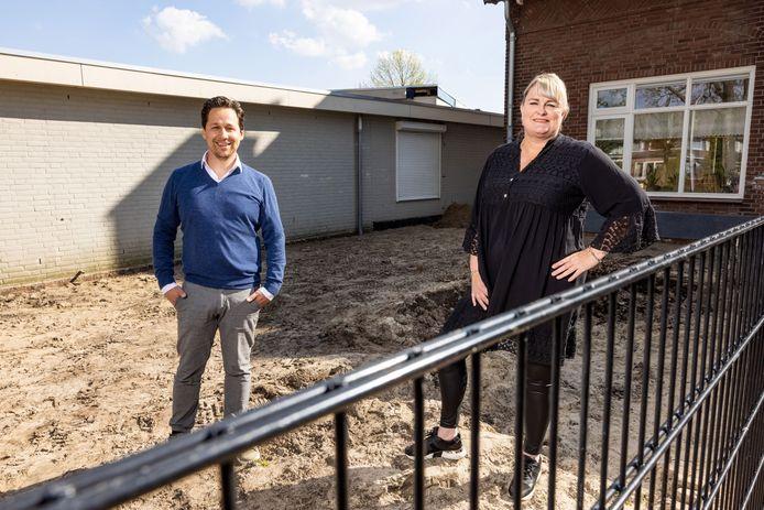 Geert Keijzers en Natasja van Lieshout op de plek waar een nieuw buurthuis / kinderopvang centrum gebouwd gaat worden in de Reeshof. Het oude pand van Jong Nederland gaat tegen de vlakte.