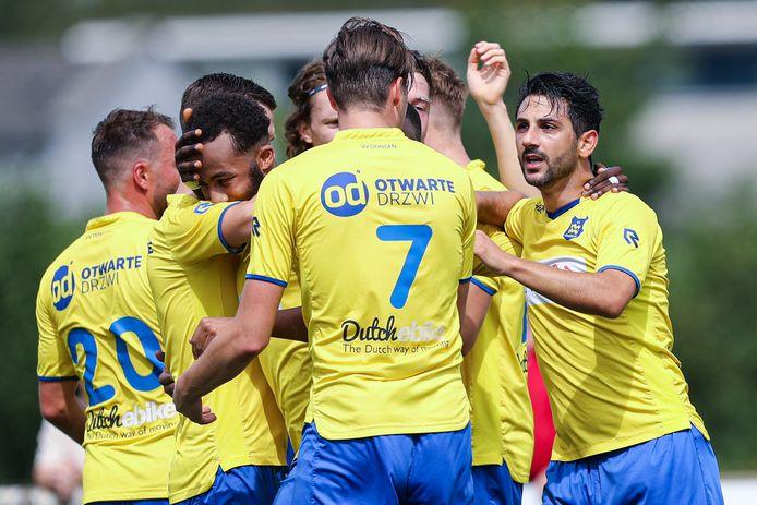 Fatih Kamaci viert de 1-0 met zijn medespelers.
