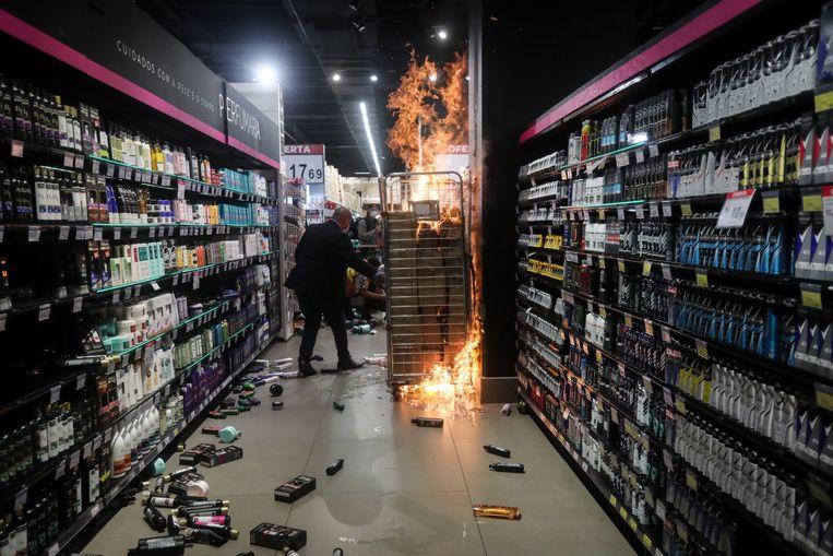 In São Paulo stichtten demonstranten brand in een winkel van Carrefour. Beeld EPA
