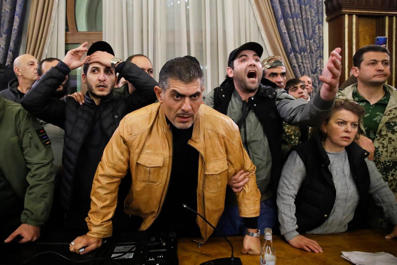 Boze betogers drongen door tot de ambtswoning van Armeens premier Pasjinian. 'Wij geven ons land niet op.' Beeld AP