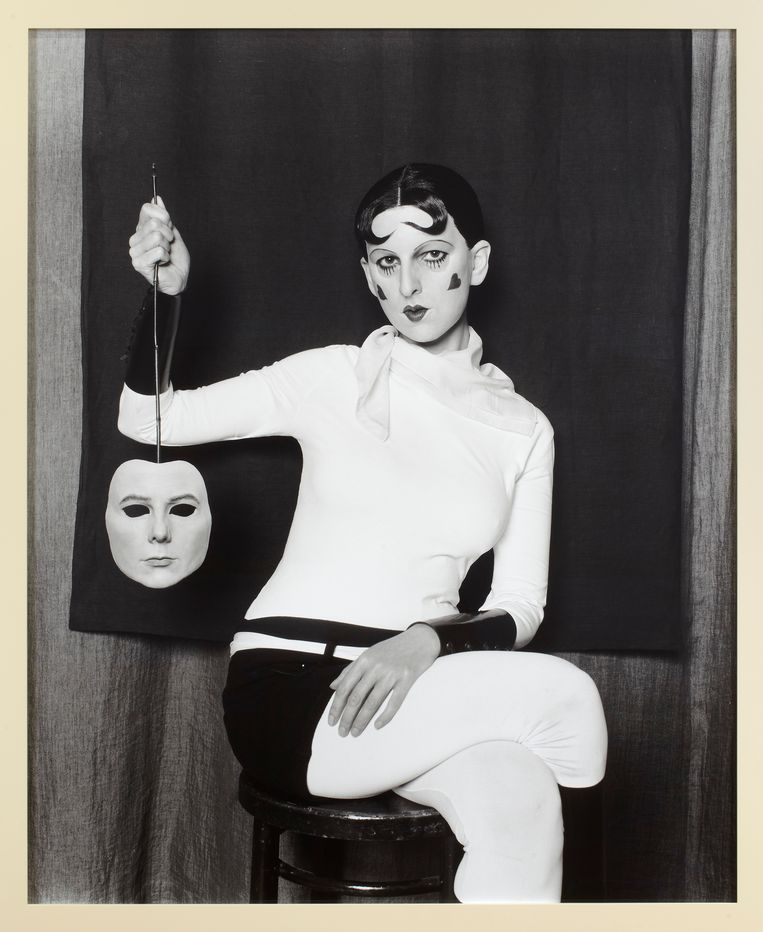 Gillian Wearing - Me as Cahun Holding a Mask of My Face (2012) Beeld rv © Gillian Wearing, courtesy Maureen Paley, London