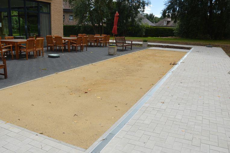 De tuin met petanqueterrein naast de cafetaria van woonzorgcentrum Klateringen.