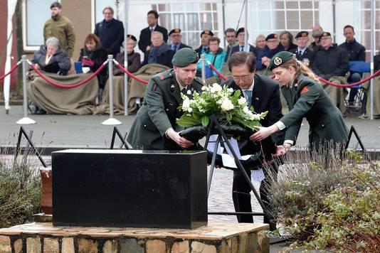 ambassadeur van korea yun young lee legt krans bij monument op commandokazerne in roosendaal. Foto petervantrijen/pix4profs