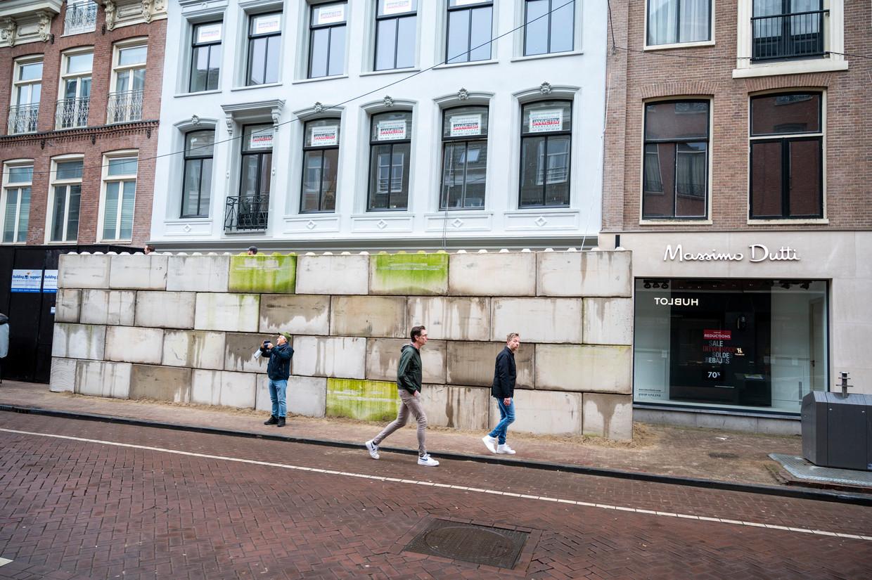 In de P.C. Hooftstraat is een aantal winkels gebarricadeerd uit vrees voor rellen. Beeld Hollandse Hoogte /  ANP